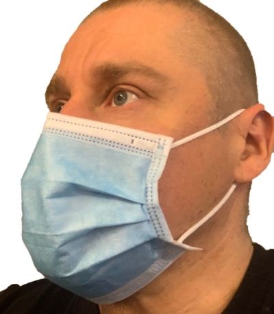 Kirurginen suunenäsuojus käyttäjän kasvoilla.